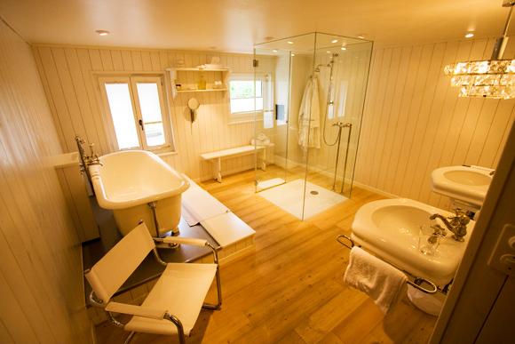 Bad mit freistehender Dusche und Badewanne