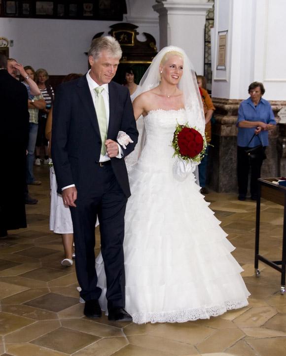 Michaela wird von ihrem Vater in die Kirche geführt