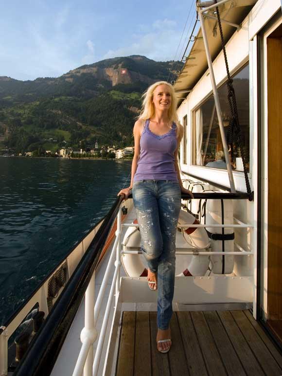 Michaela genießt die Schifffahrt