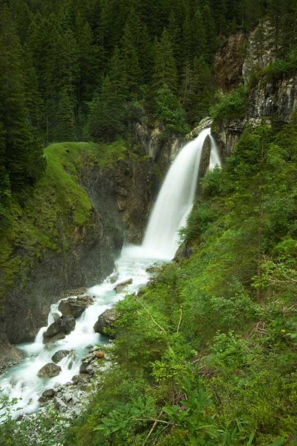 Dieser Wasserfall bildet das untere Ende der Rosenlauischlucht