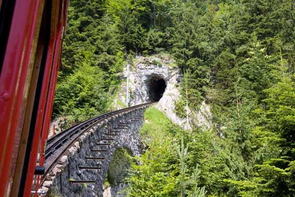 Die Zahnradbahn windet sich durch mehrere Tunnel dem Gipfel entgegen
